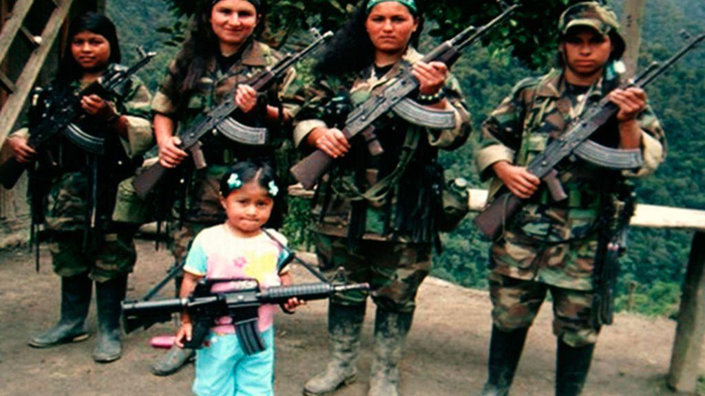 Un grupo de rebeldes de las FARC posan armadas con una niña