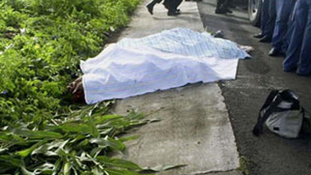 Cadáver de la periodista mexicana María Elizabeth Macías tapado con una sábana Foto: EFE