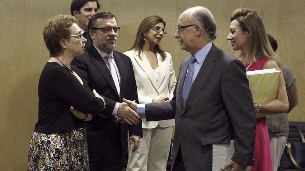 El ministro de Hacienda, Cristóbal Montoro, ante la consejera de Hacienda de la Junta de Andalucía, Carmen Martínez Aguayo