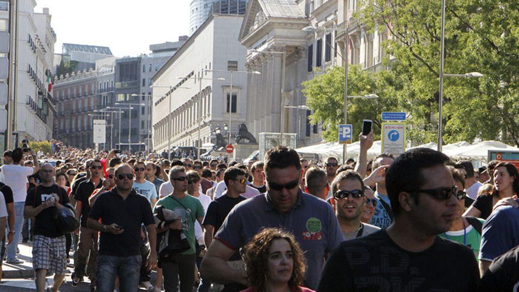Unos 300 funcionarios, la mayoría policías nacionales, bomberos de Madrid y representantes de otros colectivos, se han concentrado esta tarde delante del Congreso de los Diputados