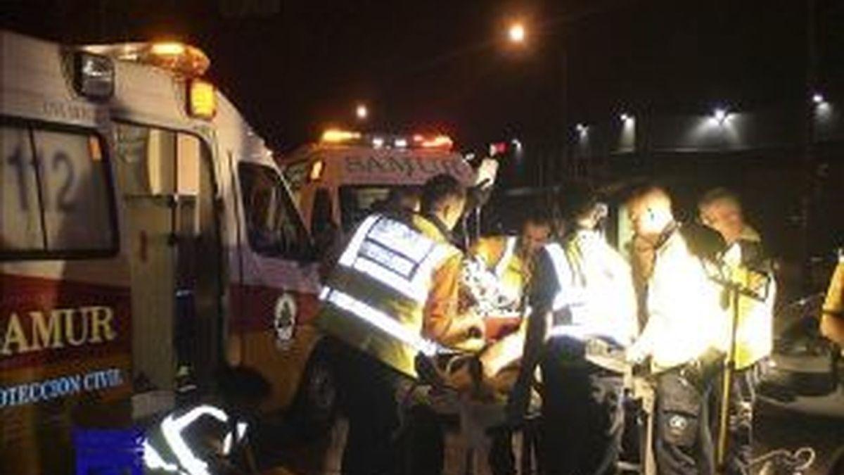 Imagen de los servicios de emergencias de Madrid atendiendo a la víctima de un atropello. EFE