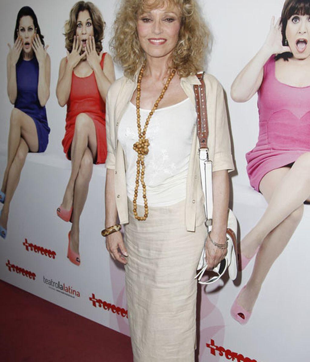 La actriz Silvia Tortosa acudió vestida en todos claros