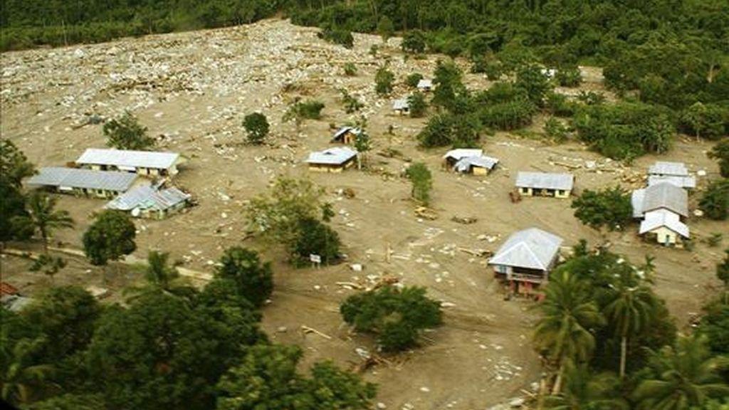 Vista aérea de varias casas semienterradas tras las inundaciones registradas en la localidad de Wasior, en la provincia de Papua (Indonesia). EFE/Archivo