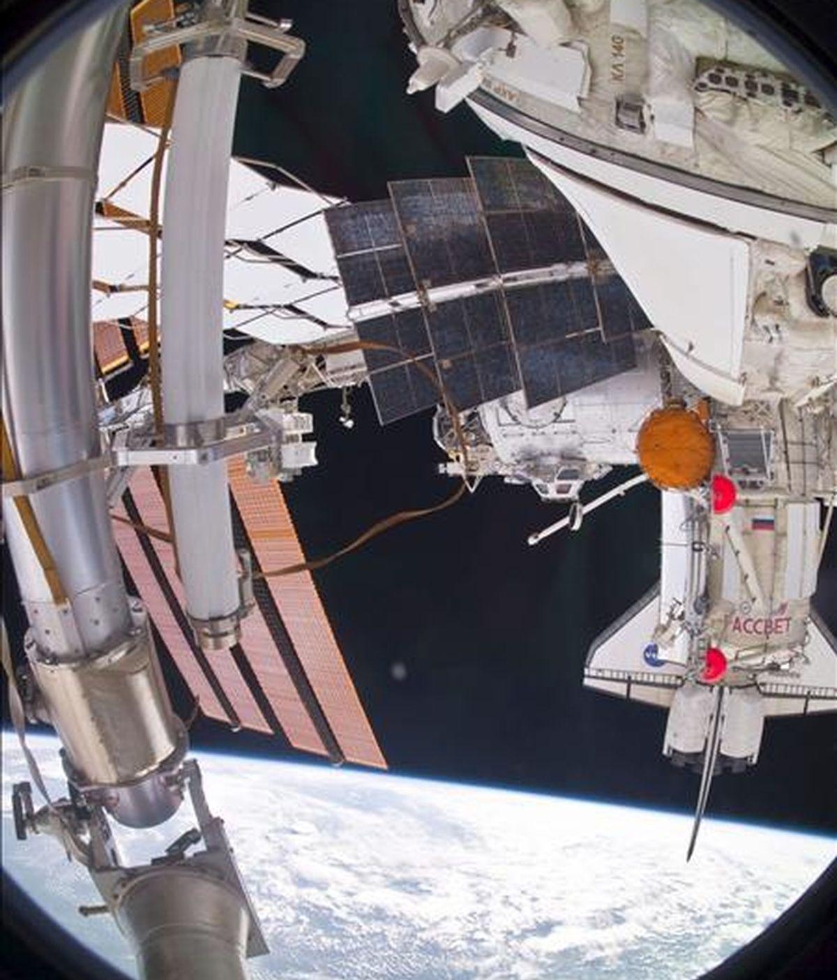 Fotografía facilitada por NASA TV del nuevo módulo científico ruso Rassvet (MIM-1) capturado por uno de los doce cosmonautas a bordo de la Estación Espacial Internacional (EEI) tras su instalación. EFE/Archivo