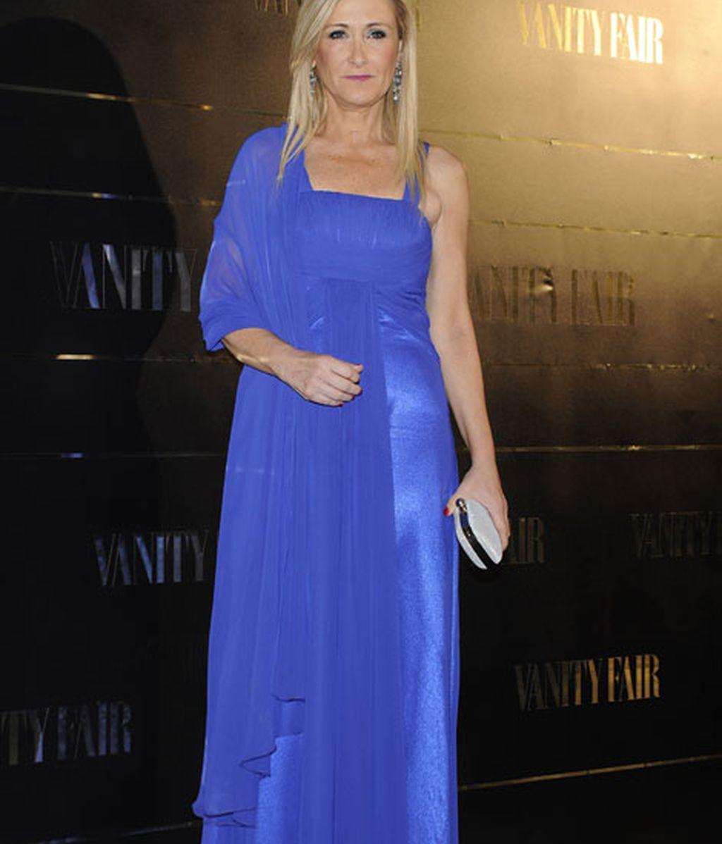 Cristina Cifuentes eligió un vestido de color azul eléctrico