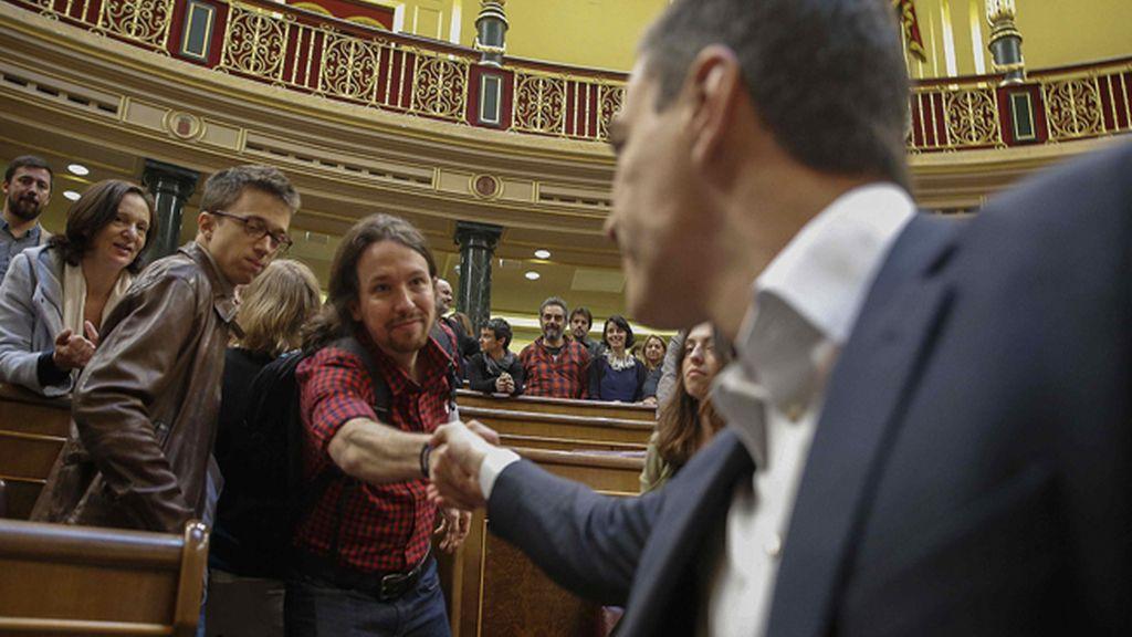 Fugaz saludo entre Pedro Sánchez y Pablo Iglesias en el Congreso