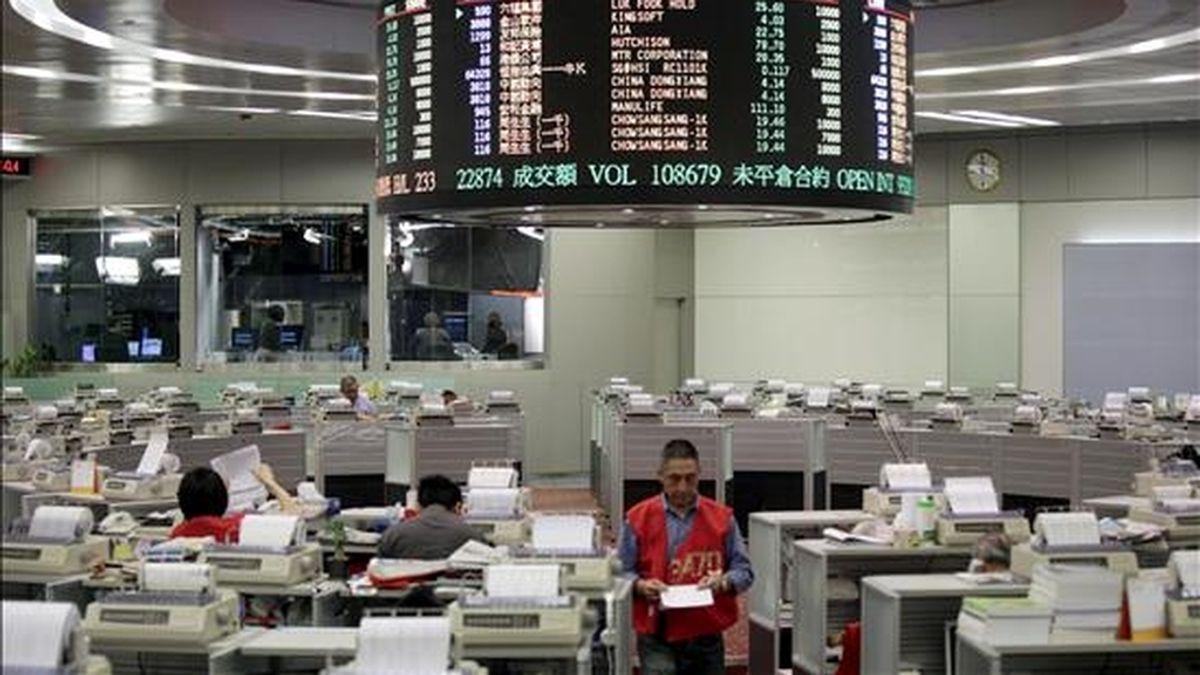 Varios agentes bursátiles trabajan en la Bolsa de Hong Kong. EFE/Archivo