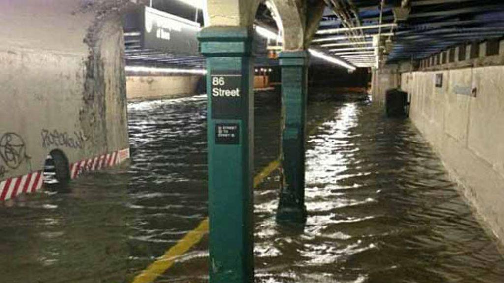 El metro de Nueva York anegado por el agua
