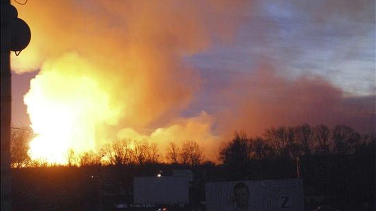 Vista del fuego y el humo sobre el arsenal militar de la ciudad de Uliánovsk, en Rusia, hoy tras la serie de explosiones causadas por un incendio. EFE