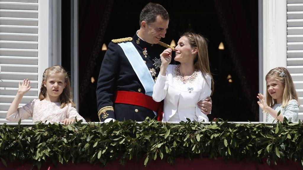 Gesto cariñoso de los nuevos reyes durante el saludo en el Palacio Real