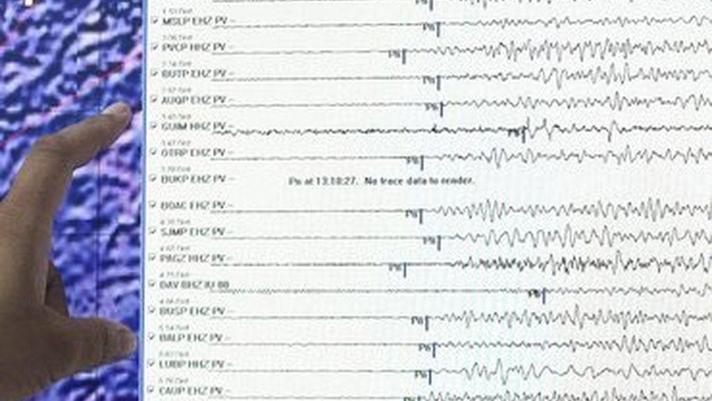 Un miembro del instituto vulcanológico y de sismología de filipinas  estudia una gráfica del terremoto