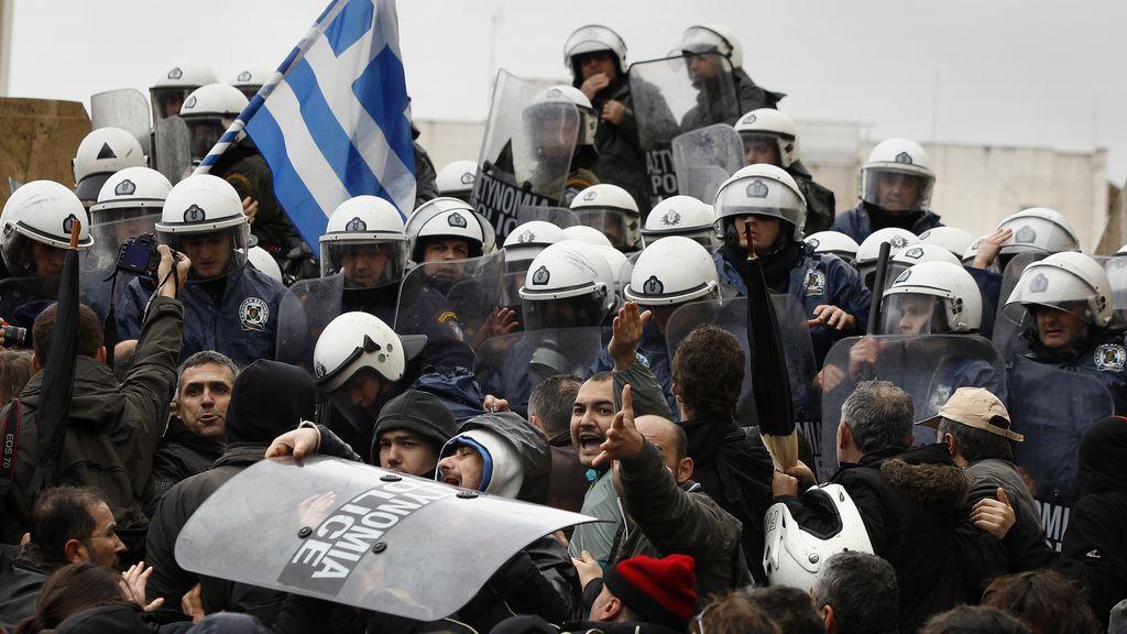 Manifestantes tratan de irrumpir en el Parlamento griego en Atenas
