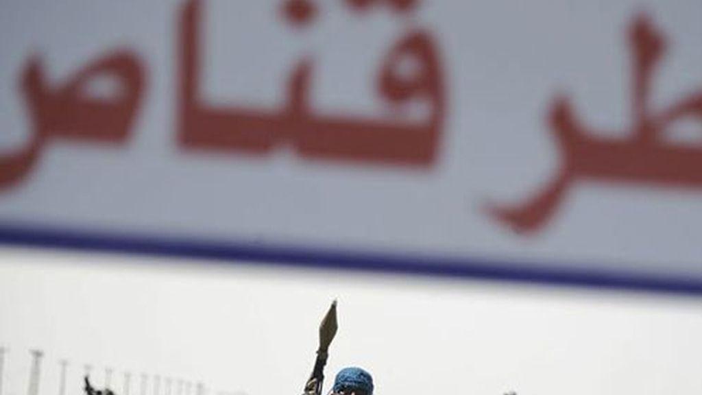 Un soldado rebelde libio guarda su posición en un punto de control, en la localidad de Ajdabiya, Libia.