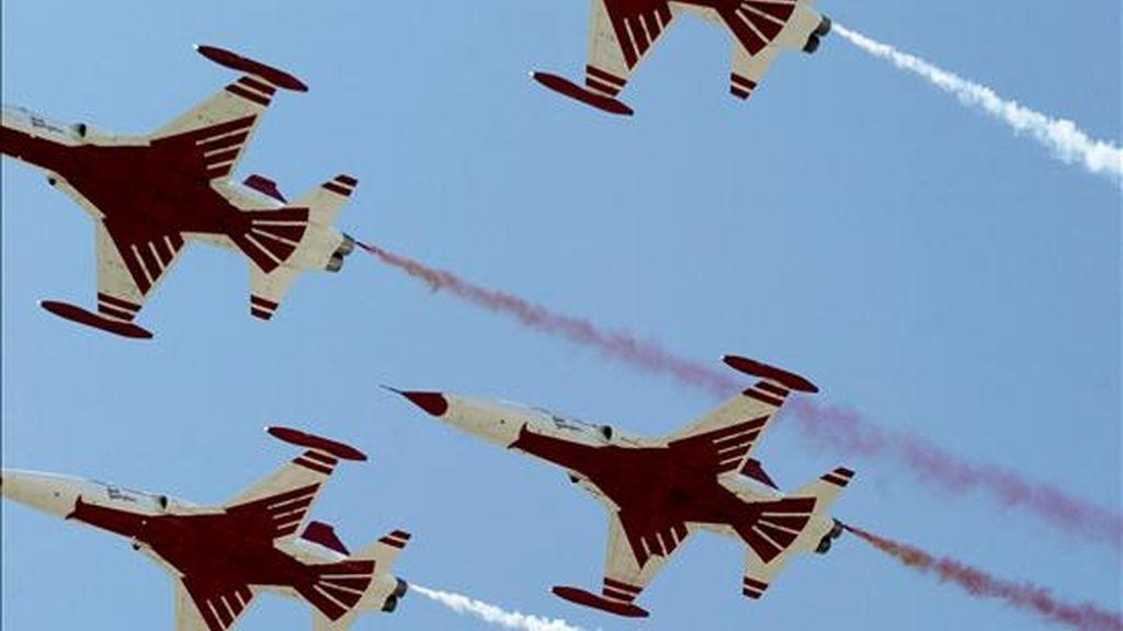 Aviones caza del Ejército turco penetraron en el espacio aéreo de Irak y bombardearon objetivos del Partido de los Trabajadores del Kurdistán (PKK) en el norte de ese país, según informó hoy la agencia de noticias Firat. En la imagen, cazas turcos vuelan en formación durante un desfile militar turco-chipriota. EFE/Archivo