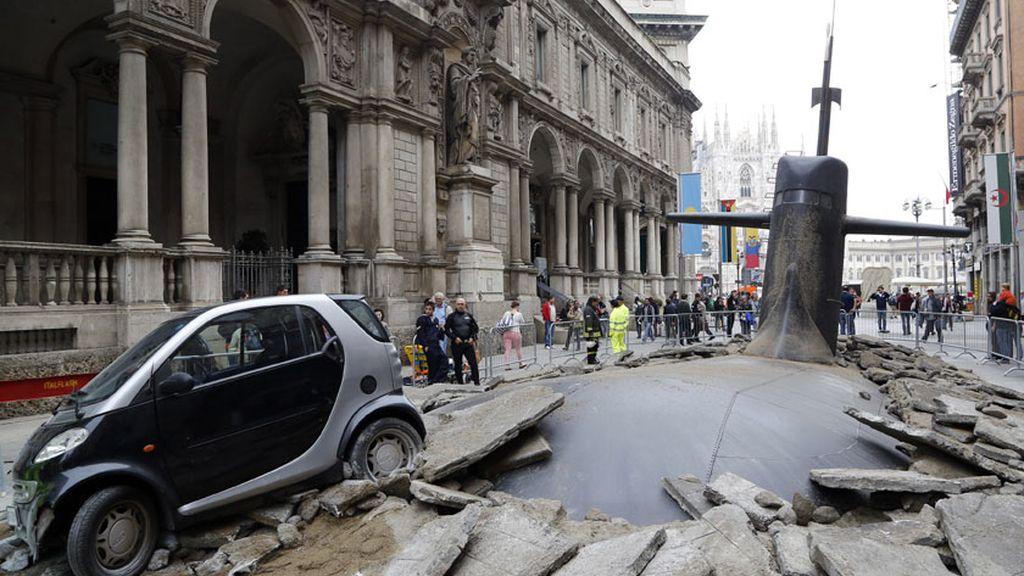 Un submarino emerge en el centro de Milán
