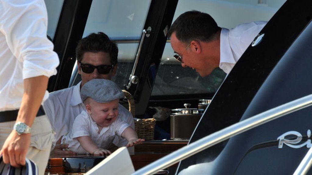 Elton John, 'family-vacas' con su bebé