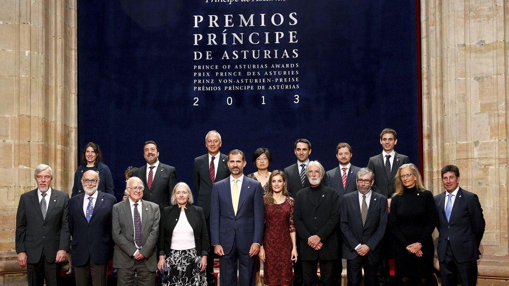 Foto de familia de los galardonados con el premio Príncipe de Asturias 2013