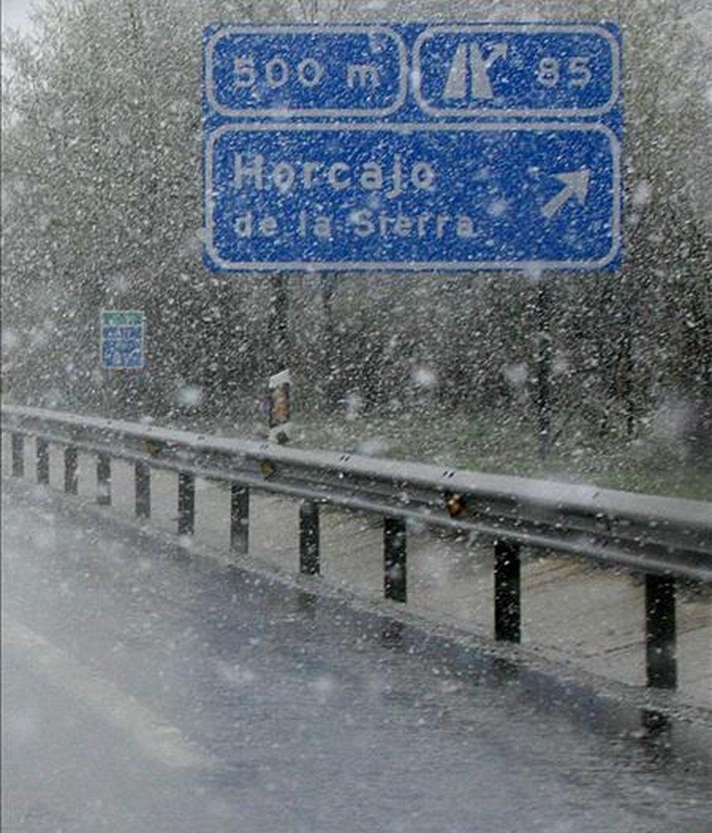 """Nieve hoy en los alrededores de Horcajo de la Sierra, al norte de la Comunidad de Madrid, zona en la que Emergencias 112 ha declarado la situación de """"alto riesgo"""" por nieve. EFE"""
