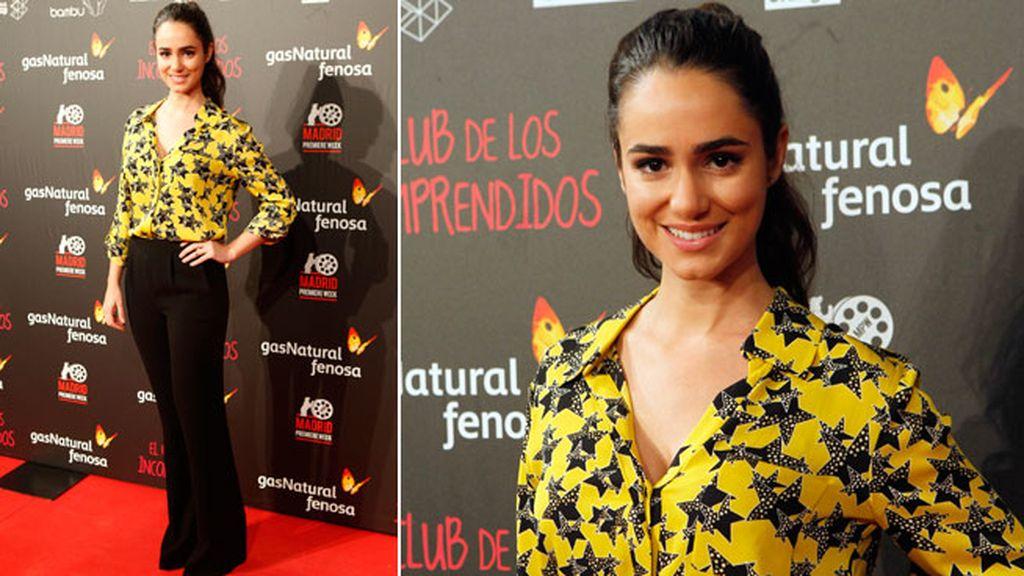 Alicia Sanz con pantalón negro y camisa amarilla con estampado de estrellas