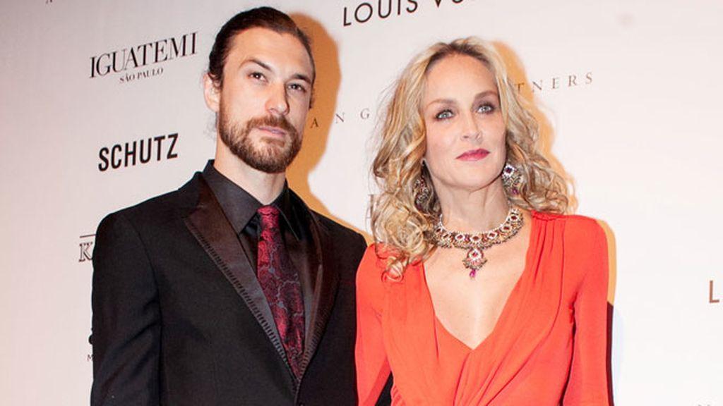 El modelo Martin Mica acompañado por Sharon Stone