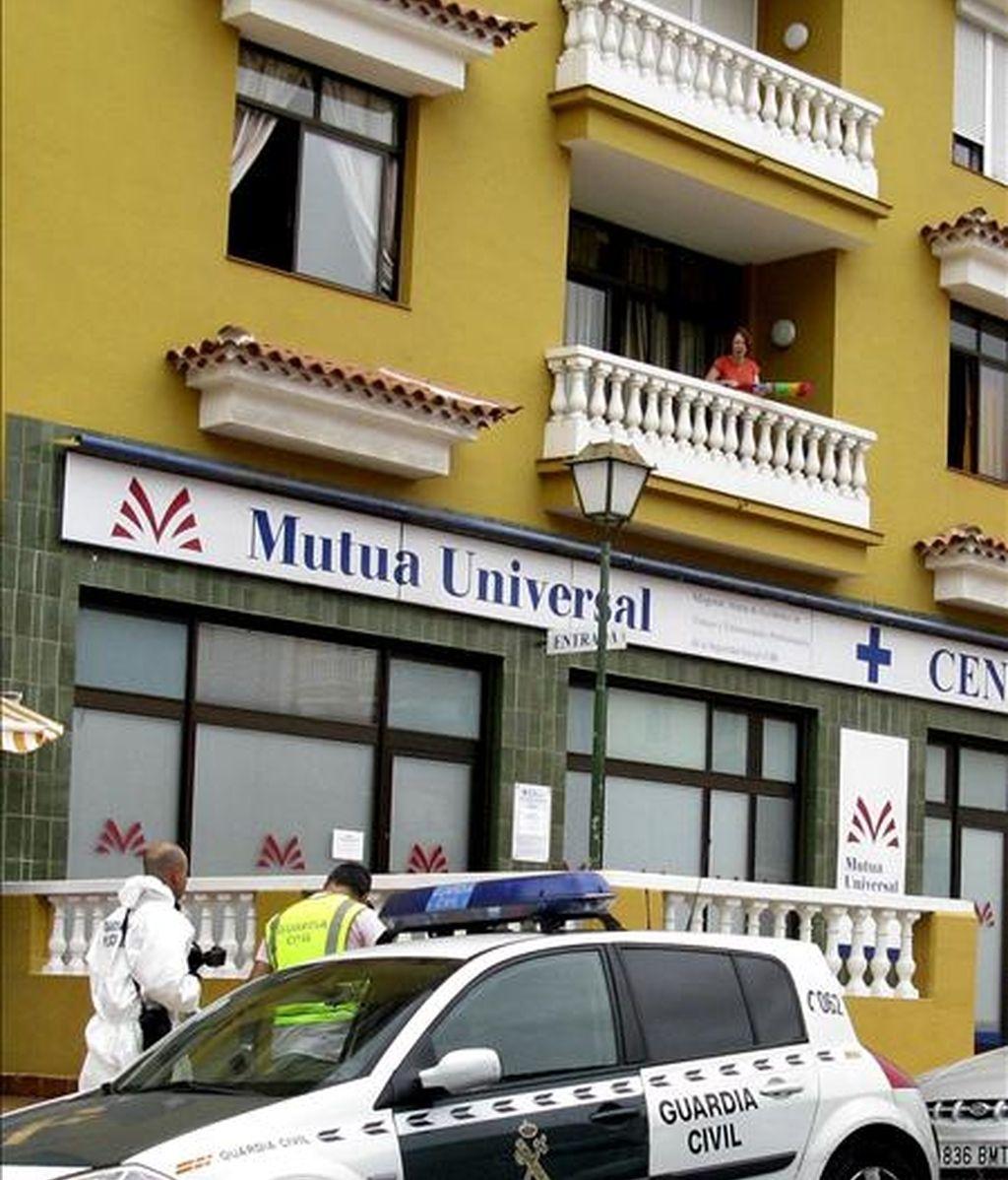 Agentes de la Guardia Civil trabajan en el lugar donde un hombre se ha lanzado desde un tercer piso en La Orotava (Tenerife) tras matar, presuntamente, a su pareja sentimental. EFE