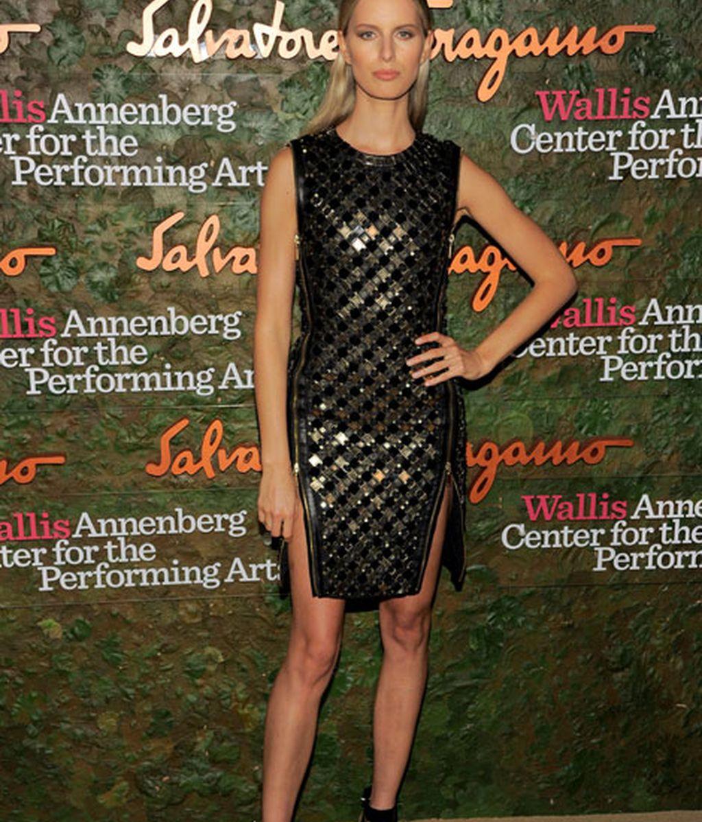 Karolina Kurkova lució un vestido metalizado