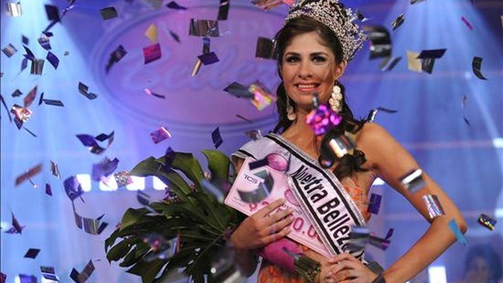 """Mayela Mena, de 20 años, sonríe tras ser elegida como """"Nuestra belleza"""" 2009, representante de El Salvador en el certamen de Miss Universo que se celebrará el próximo 23 de agosto en Bahamas. EFE"""
