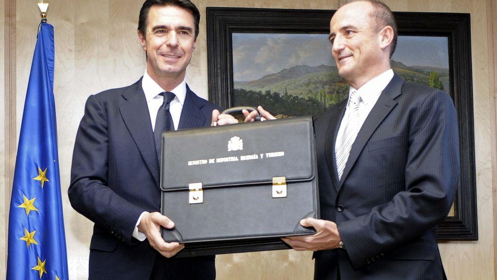 José Manuel Soria recibe su cartera de manos de su antecesor, Miguel Sebastián.
