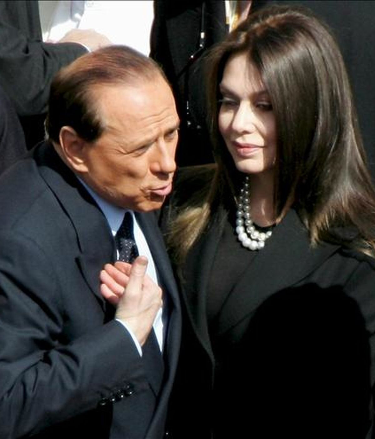 Imagen de archivo fechada el 24 de mayo de 2005 en la que aparece el ex primer ministro italiano Silvio Berlusconi con su esposa Veronica Lario en la plaza de San Pedro en Ciudad del Vaticano. EFE/Archivo