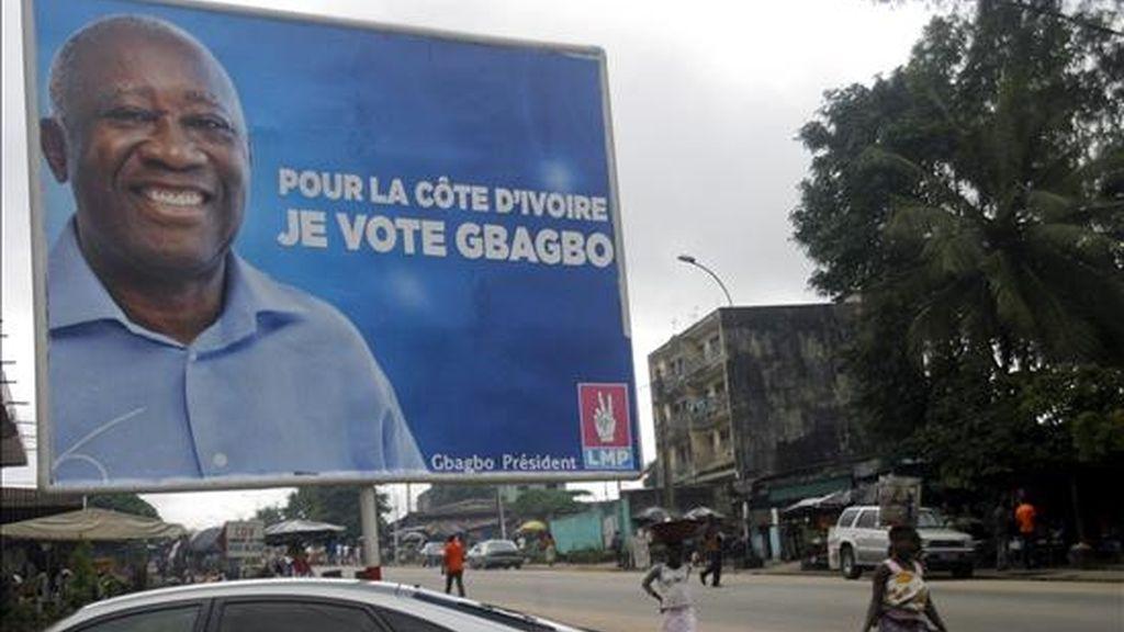 Un cartel electoral con el actual presidente marfileño, Laurent Gbabgo, en Abidjan (Costa de Marfil), el 15 de octubre de 2010. EFE/Archivo