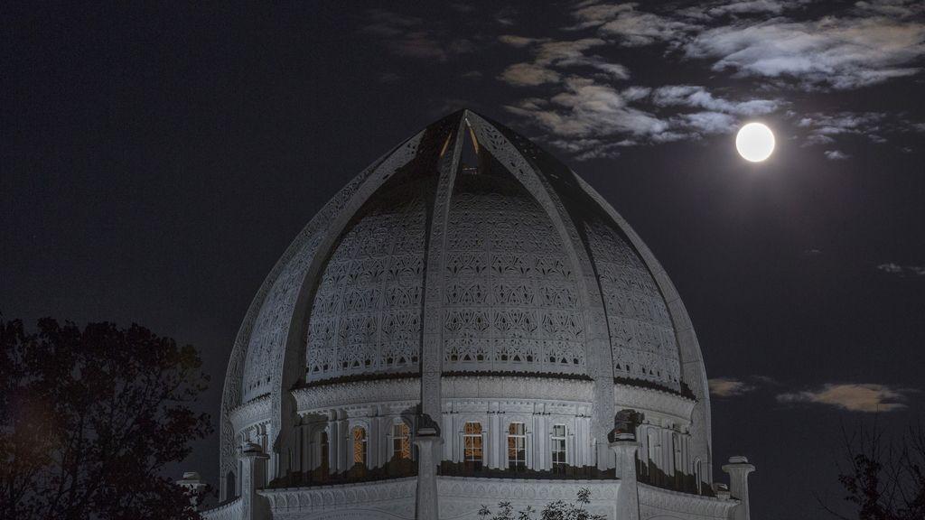 La 'superluna' vista desde el Templo Baha'i en Illinois