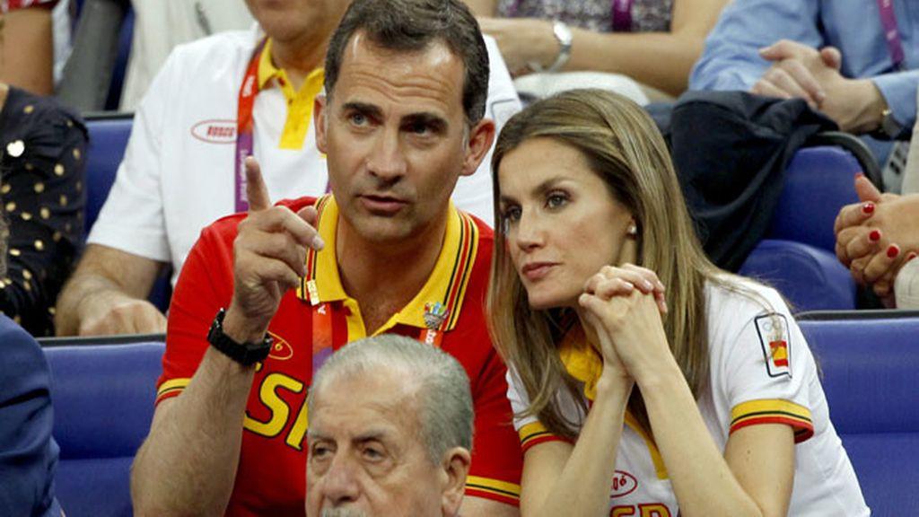Los príncipes apoyando a la selección de baloncesto