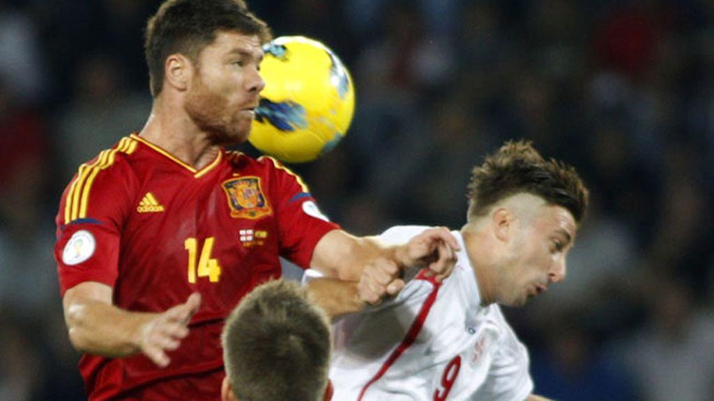 Xabi Alonso pelea un balón durante el encuentro clasificatorio ante Georgia