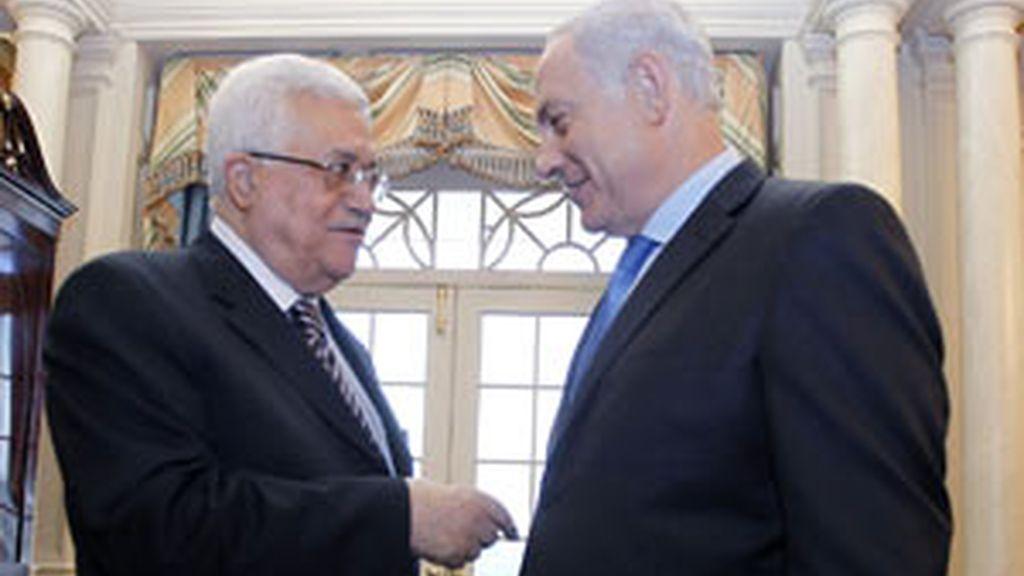 El primer ministro israelí Benjamin Netanyahu charla con el primer ministro palestino Mahmud Abbas FOTO: GTRES/ archivo