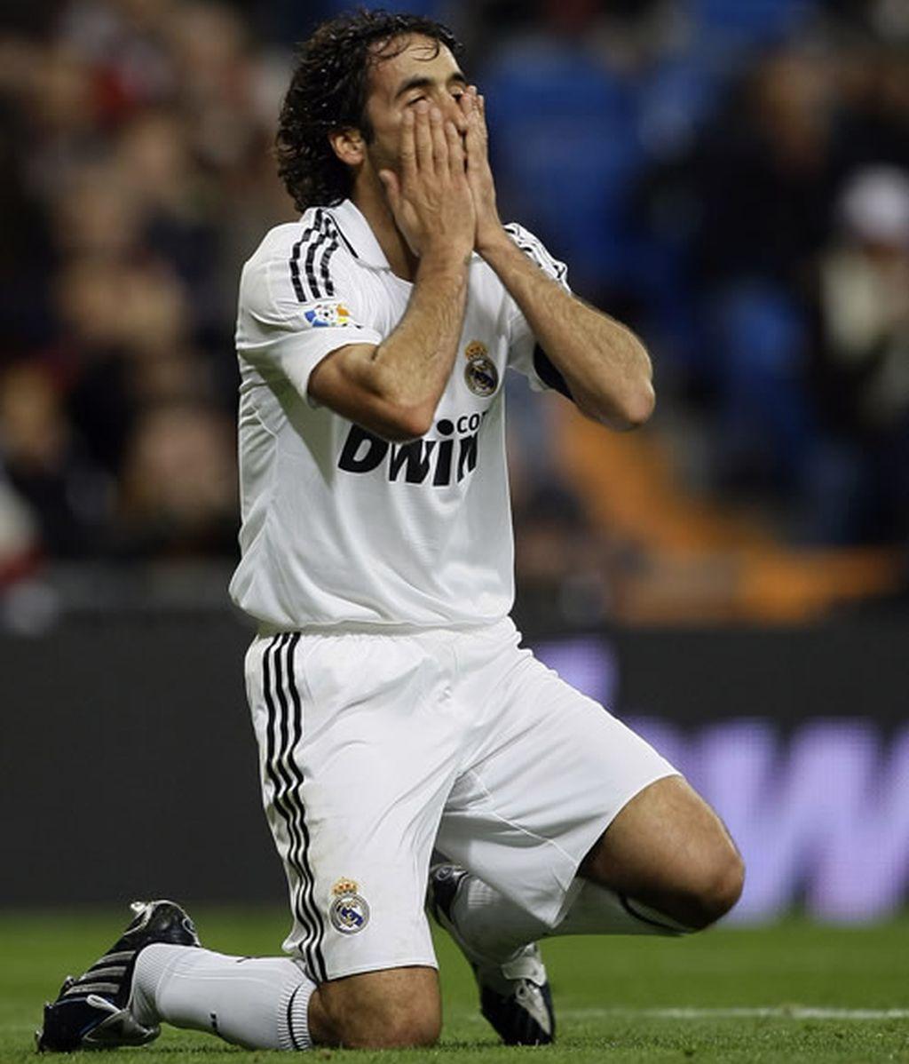 Raúl se lamenta tras fallar una ocasión de gol