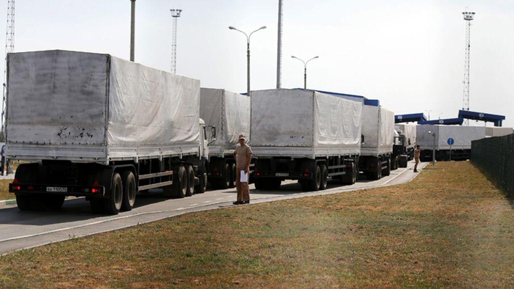 El convoy con ayuda humanitaria rusia atraviasa la frontera con Ucrania