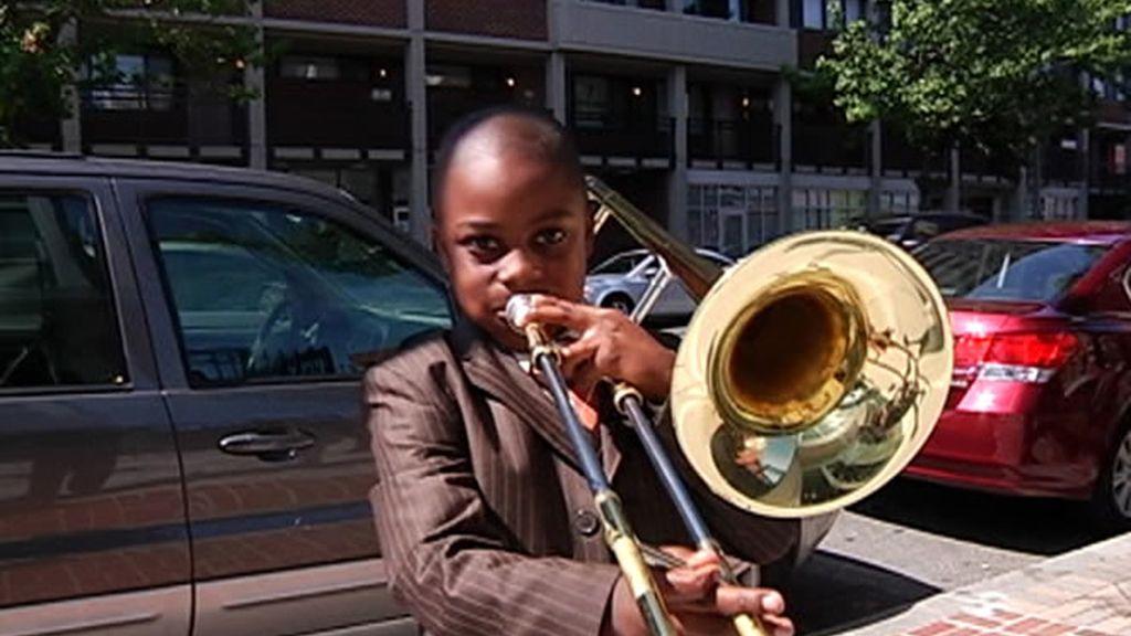 Niño tocando el trombón
