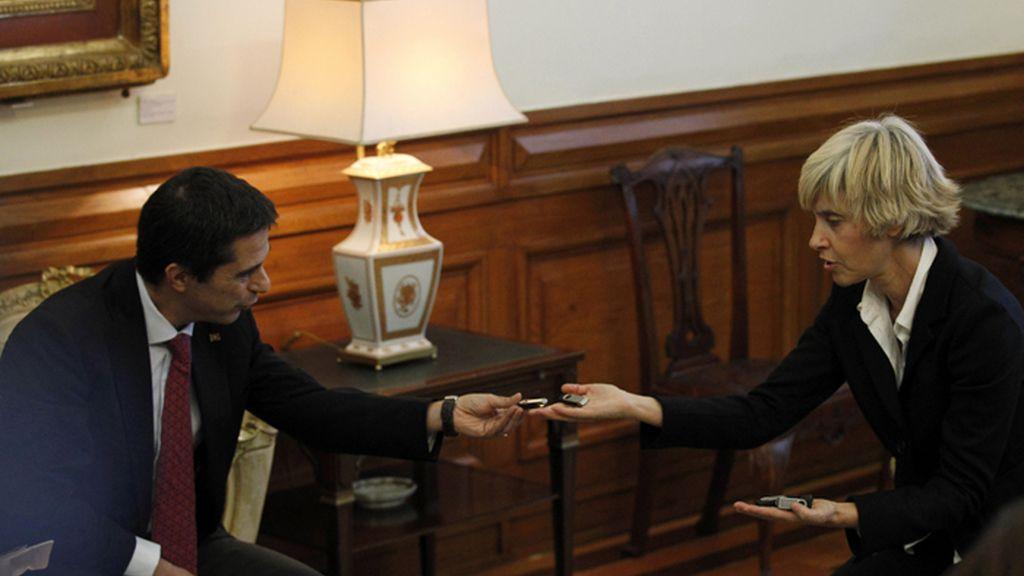 El ministro de Economía portugués, Vitor Gaspar, entrega a Assunçao Esteves, presidenta de la Asamblea de la República, el proyecto de Presupuestos para 2013