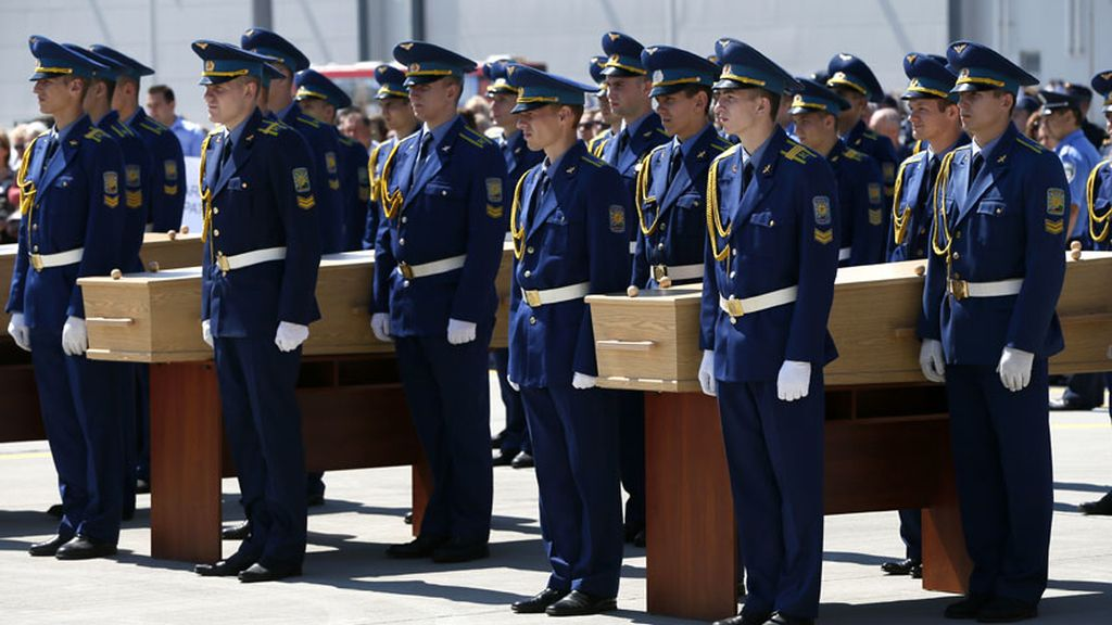Holanda recibe con honores militares los cadáveres del MH17