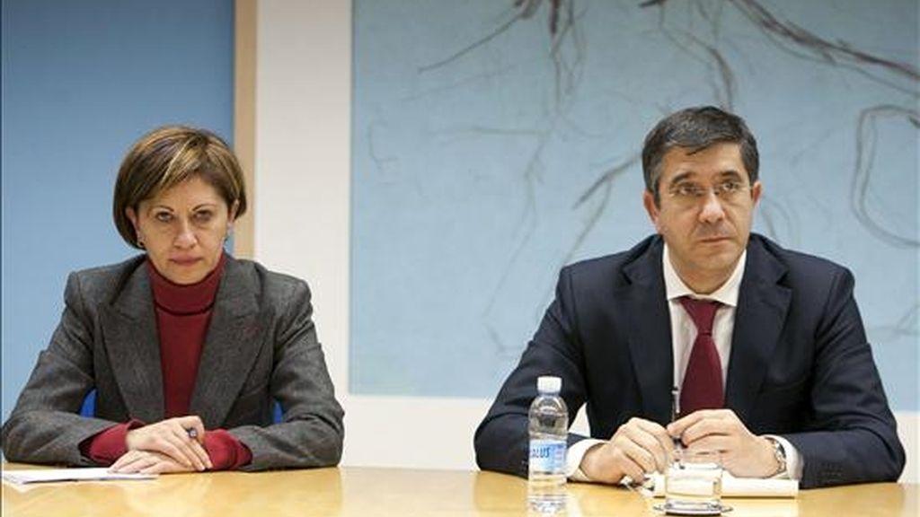 """El lehendakari, Patxi López, y la ministra de Medio Ambiente, Rural y Marino, Elena Espinosa, durante la reunión que han mantenido hoy en Vitoria para tratar la """"gravedad"""" de la situación del pesquero """"Alakrana"""". EFE"""