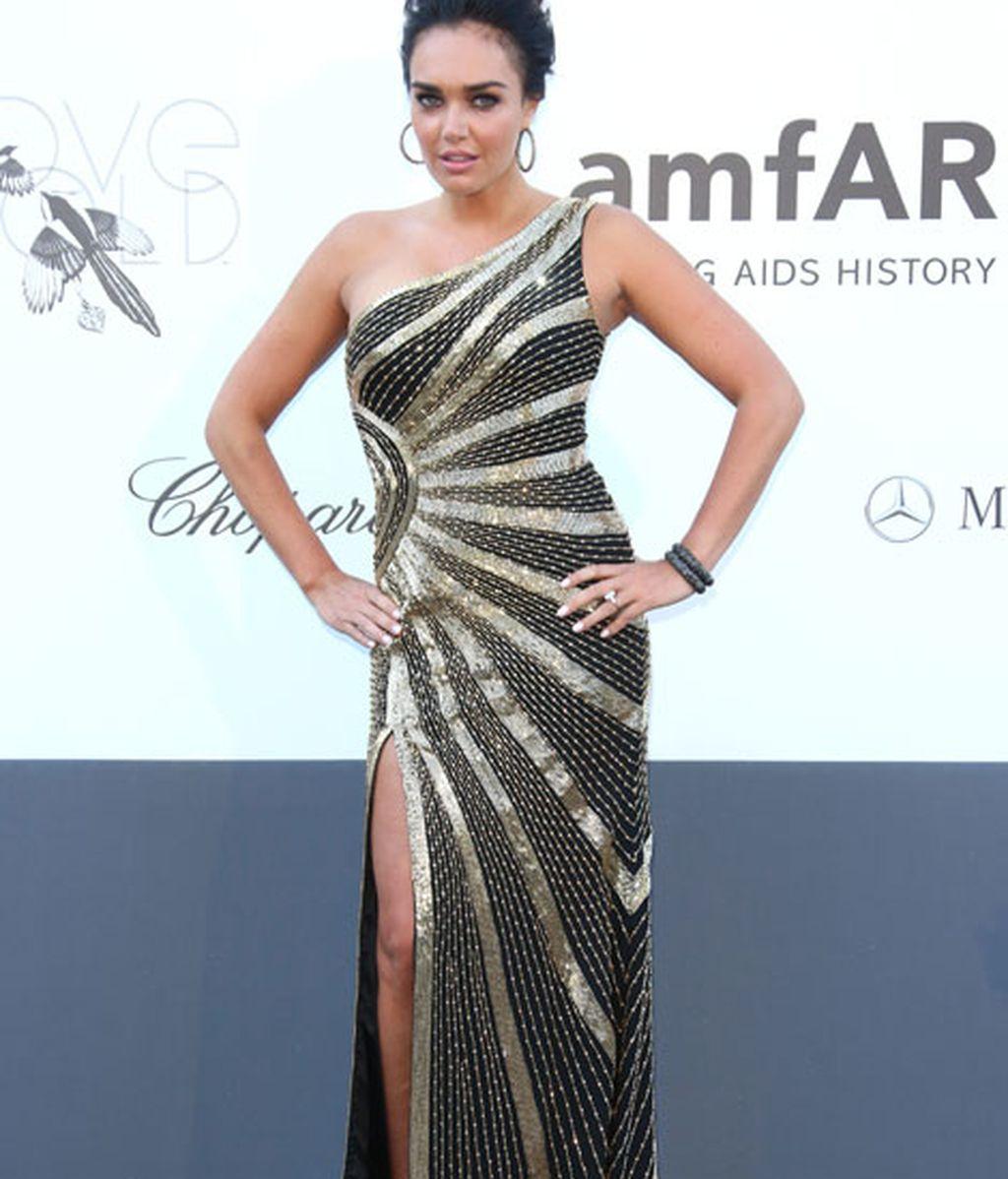 Tamara Ecclestone lució una impresionante raja en un vestido con un tirante