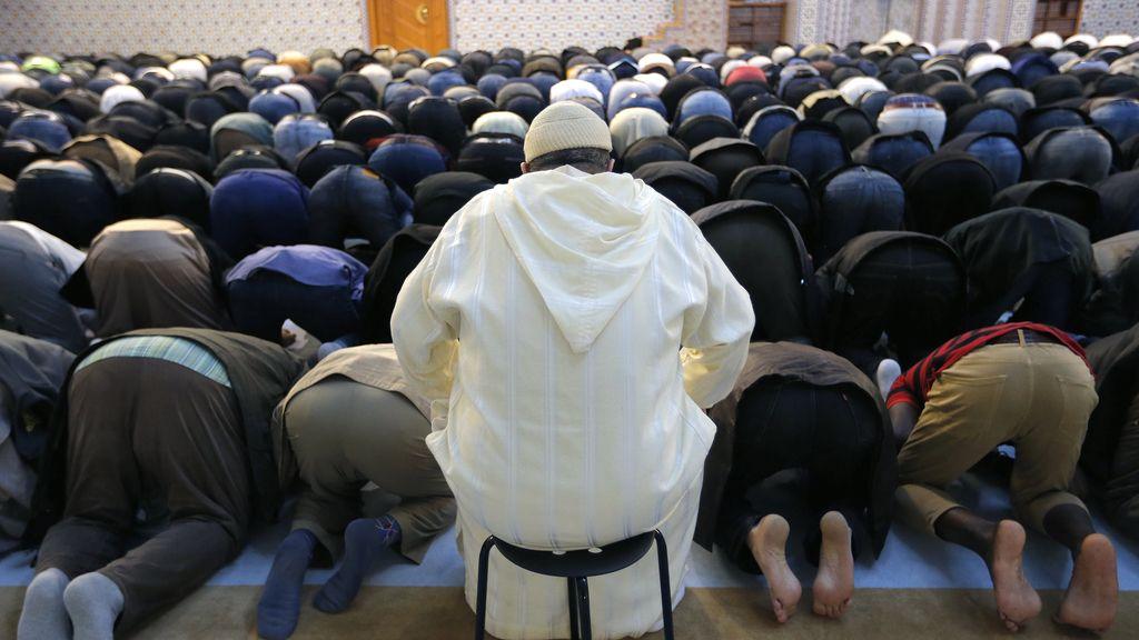La comunidad musulmana intenta volver a su rutina del rezo del viernes