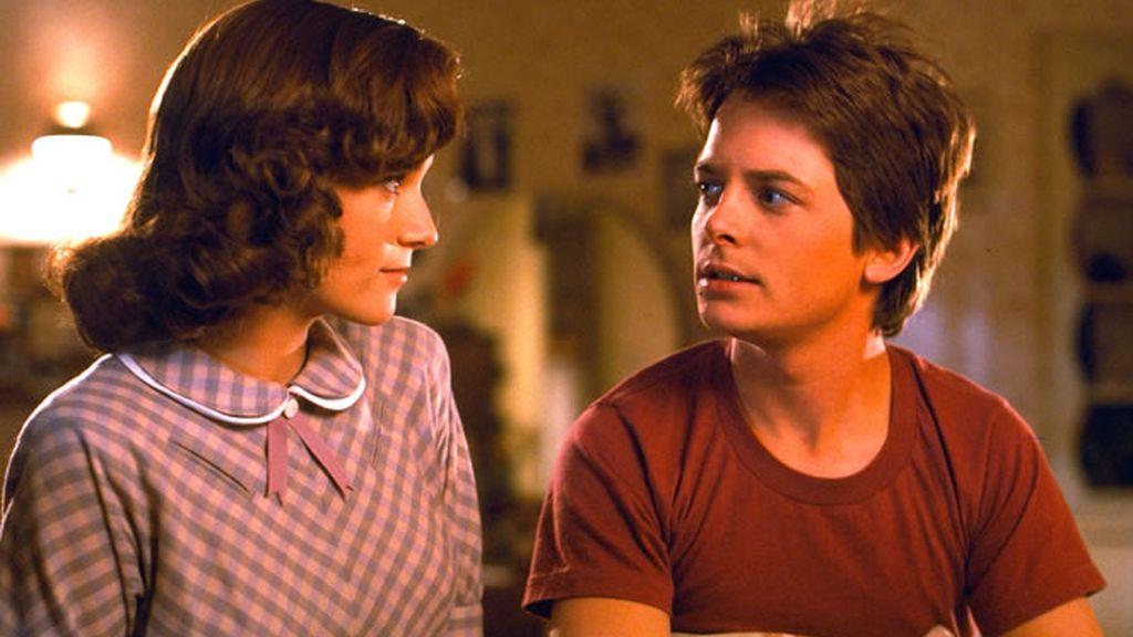 Marty McFly en la cama con Lorraine Baines en Regreso al Futuro