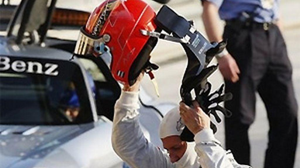 Schumacher se quita el casco al finalizar el pasado Gran Premio de Bahrein. FOTO: Archivo.
