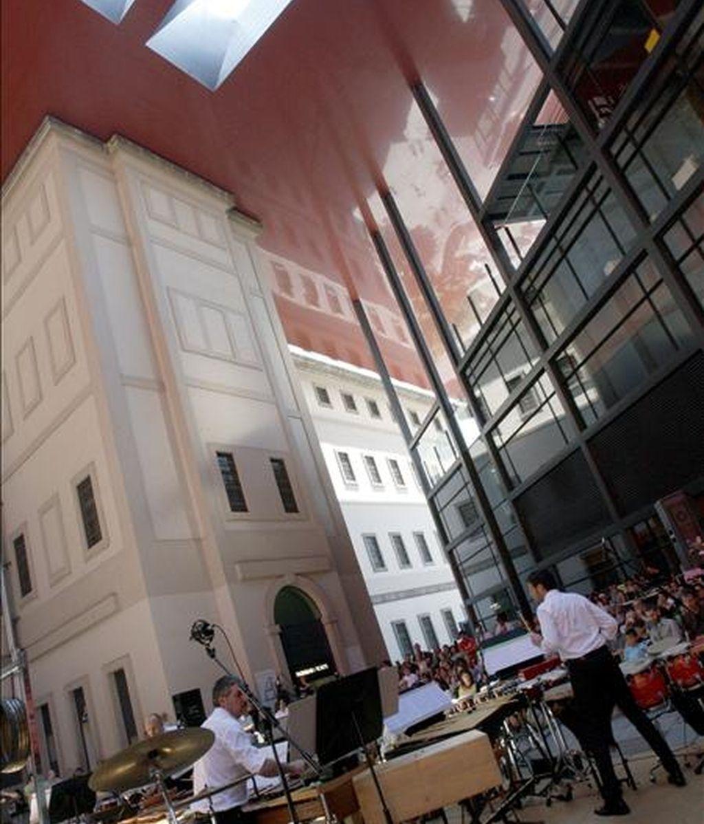 Representación del grupo Neopercusión, en el Patio Nouvel del Museo Nacional Centro de Arte Reina Sofía, con motivo de los actos programados del Día de la Música. EFE