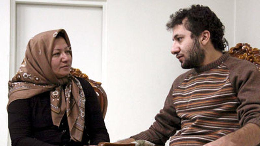 Sakineh Mohammadi Ashtiani conversando con su hijo en un lugar no revelado de Tabriz, el 4 de diciembre de 2010. Foto: Cedida por la cadena iraní Press TV.