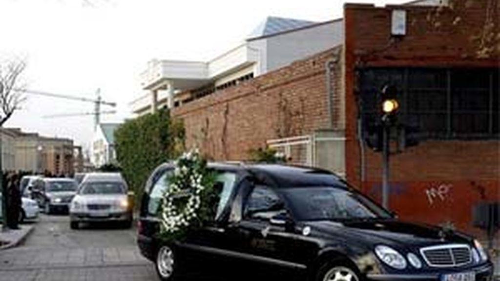 Imagen de uno de los coches fúnebres que trasladaron los restos mortales de dos hermanos, un niño de 9 años y una niña de 11, hallados muertos en un domicilio de Valladolid. Foto: EFE