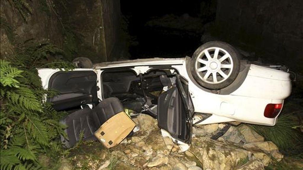 Un joven ha resultado herido de gravedad al precipitarse el coche que conducía por un puente y caer a un riachuelo en el término municipal de Tomiño. El accidente tuvo lugar pasadas las tres de la pasada madrugada en el kilómetro 22,500 de la carretera EP-2002, en un tramo de curvas. EFE