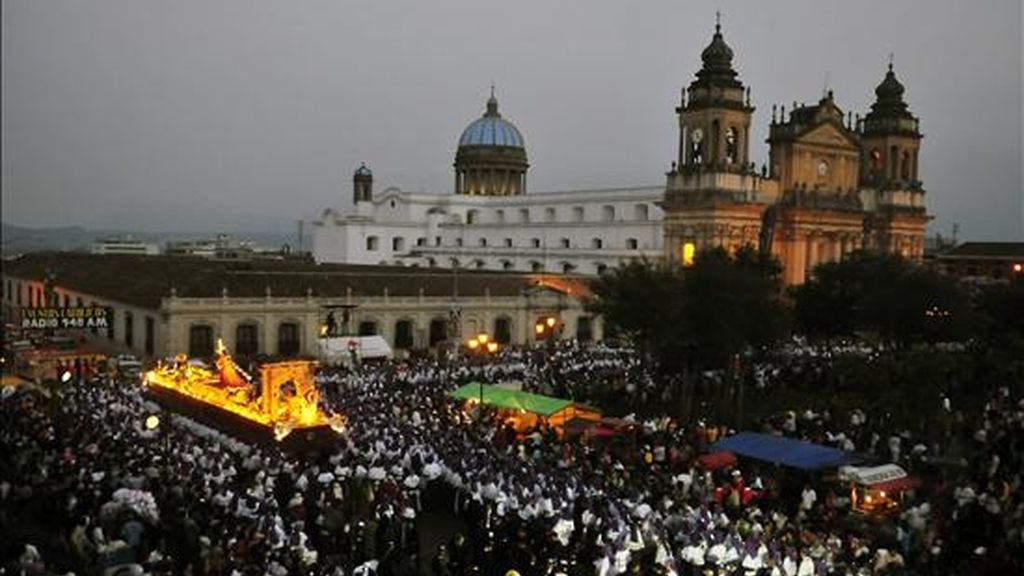 Esta es la primera vez en la historia de la Semana Santa en Guatemala que se realiza concretamente una procesión penitencial para rechazar la violencia que ha enlutado a miles de hogares guatemaltecos y para rezar por la paz. EFE