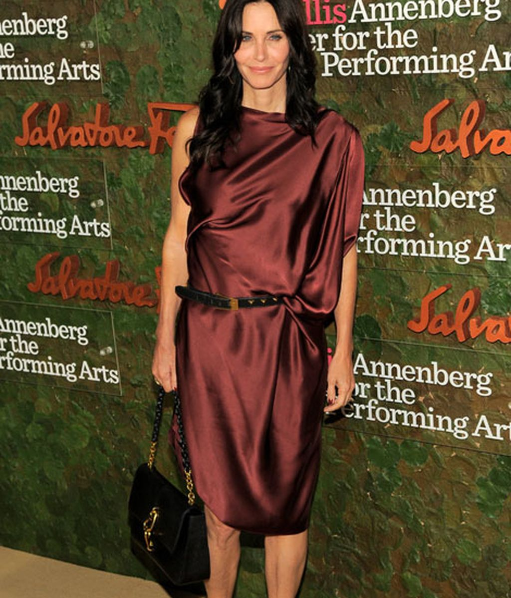 Courteney Cox eligió un vestido de corte asimétrico